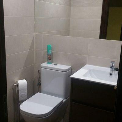 detalle de urinarios y mueble