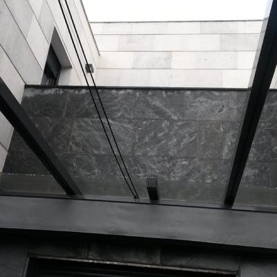 Pergola de acero y cristal transparente con toldo