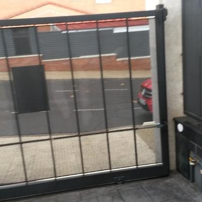 Puerta para acceso a urbanización