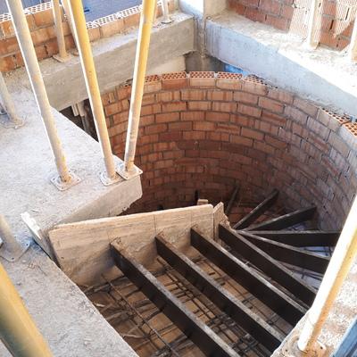 Escalera helicoidal en vivienda. Granada.