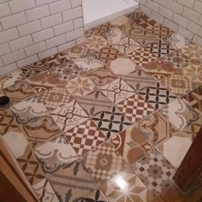 suelo nuevo en el bano , chapadao y montar plato de ducha