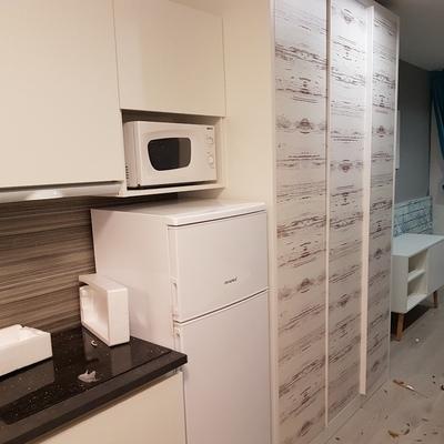 instalación de suelo , cocina y armario