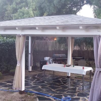 Pergola de madera con tejado de pizarra