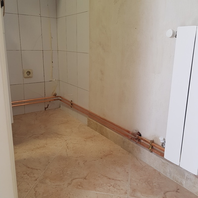 Instalación de calefacción con tubería de cobre vista