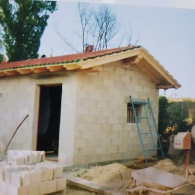 Casita de bloques con tejado de madera