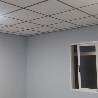 Techo desmontable con perfilería negra en oficina