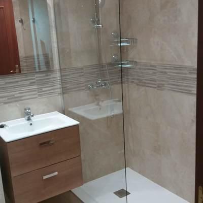 Reforma de baño, alicatado y colocacion de plato de ducha y mampara.