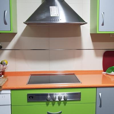 Parte de cocina en verde,naranja y gris