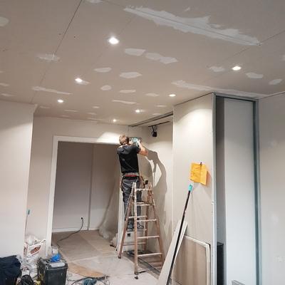 Falso techo continuo y mueble decorativo