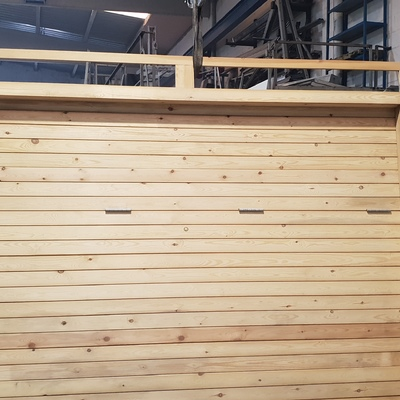 Puerta basculante con revestimiento en madera