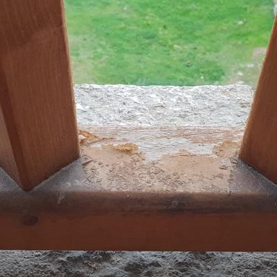 Barandilla de madera en estado deteriorado