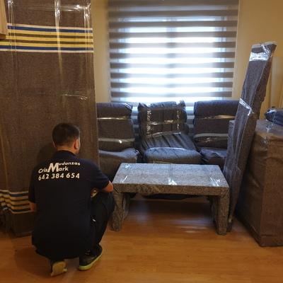 Embalaje mobiliario Salón con manta y cinta.