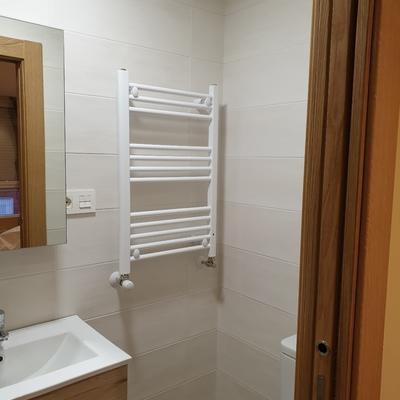 Radiador toallero en aseo