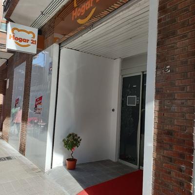 Entrada principal, puerta automática y persiana