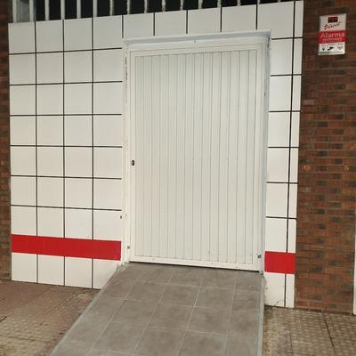 Puerta y rampa de acceso a almacén con suelo antideslizante