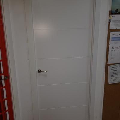 sustitución puerta baño lacada blanco