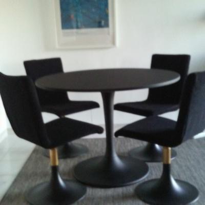Mesa y sillas lacados en negro