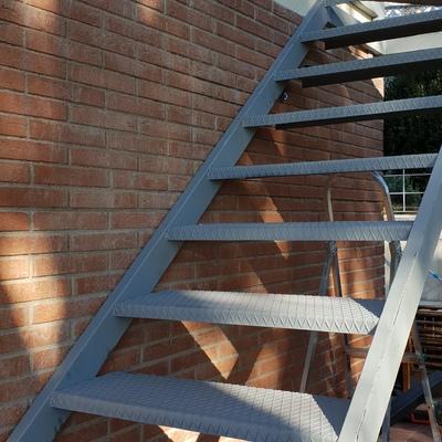 escalera para subir al ático