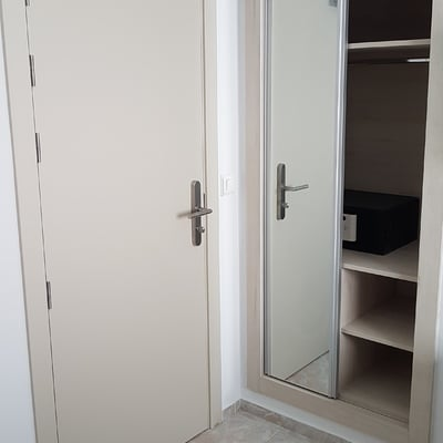 instalación de puerta entrada y armario de hotel