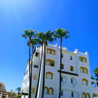 Poda de palmeras de gran altura en residencial