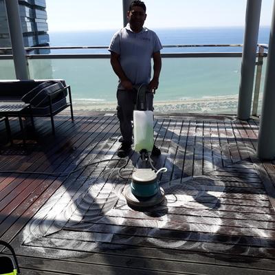 Mantenimiento y limpieza de tarimas de madera de terrazas