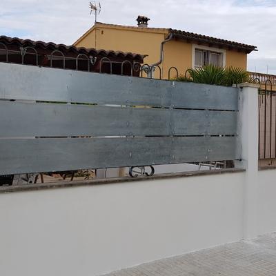 Cerramiento discontinuo elaborado en chapa de acero galvanizado sobre estructura existente