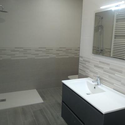 Baño plato de ducha,mueble lavabo,W.C y bidet