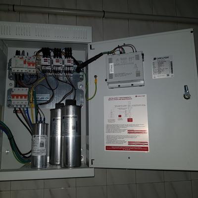 Batería de condensadores en cuadro eléctrico
