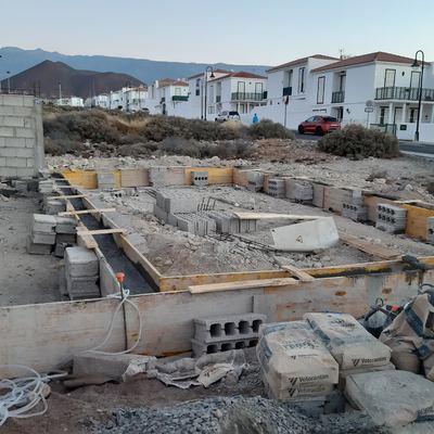 CERRAMIENTO DE SOLAR Y CIMENTACION PARA CASA DE MADERA