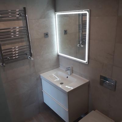 Baño con cisterna empotrada
