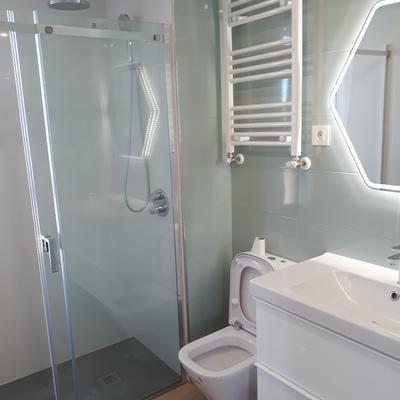 Baño con grifería ducha empotrada