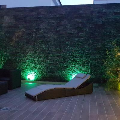 Patio con muro llorón iluminado
