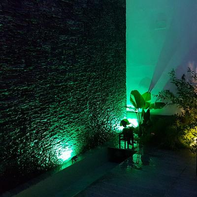 Rincón de muro llorón con pared revestida con mortero de cal