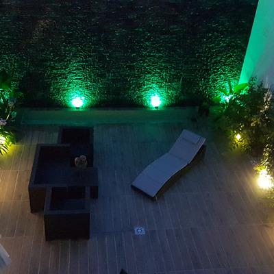 Vista desde arriba de patio iluminado