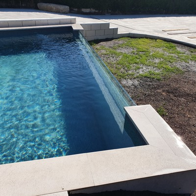 Construcción de piscina con pared de cristal