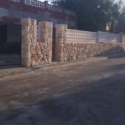 Pared de piedra cerramiento de entrada