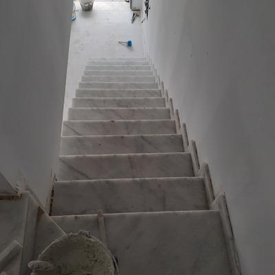 Escalera mármol y colocación de rodapies