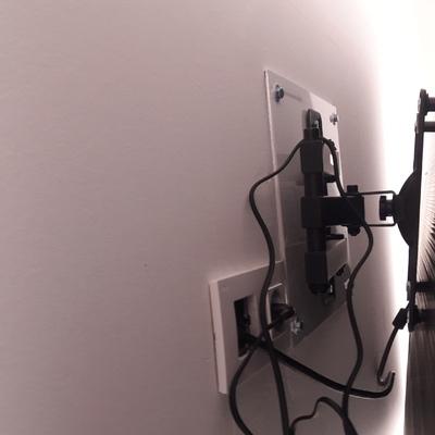 Base de aluminio en pared para fijar soporte de tv.