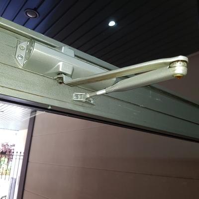 Instalación de cierra puertas
