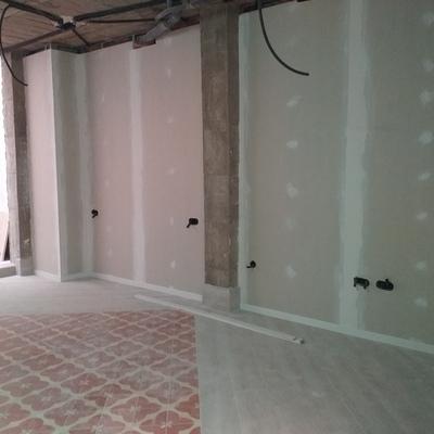 Terminaciones de paredes de pladur y rodapiés de madera.