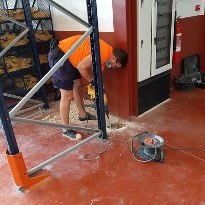 Cata con martillo electrico en pavimento nave industrial 002