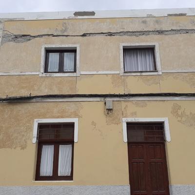 Rehabilitación y pintura tricolor de casa con doblo fachada