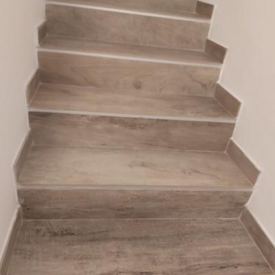 escalera porcelánico