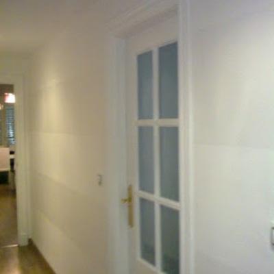 Decoración de rayas en pared y lacado de puertas