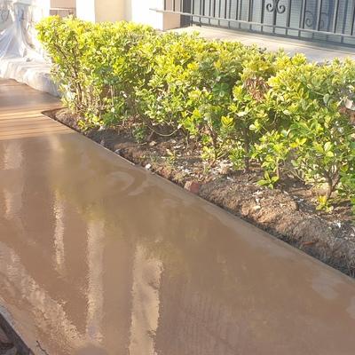 Formacion de nuevo pavimento hormigon de color al exterior