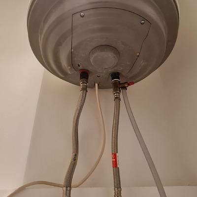 Sustitución por fuga de latiguillos en termo eléctrico