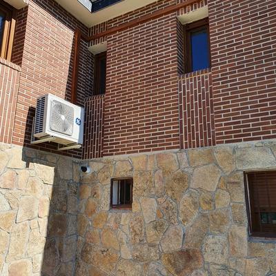 Compresor en fachada con canaleta