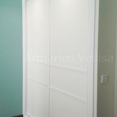 Armario dos puertas correderas con dos junquillos blancos