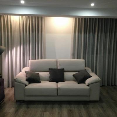 sofá y cortinas