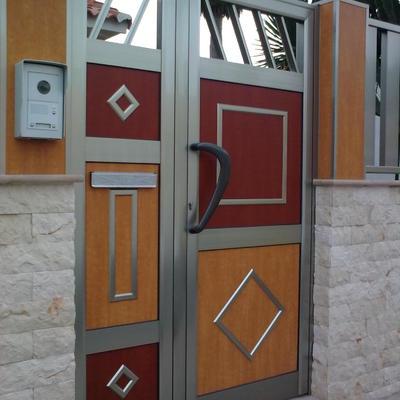 puerta de exterior con paneles fenolicos